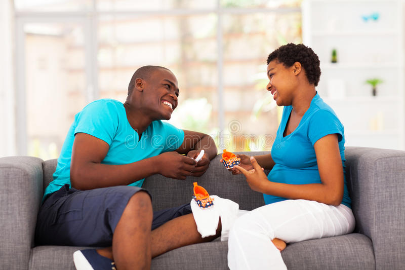 Afrikansk amerikan kopplar ihop att förvänta royaltyfria foton
