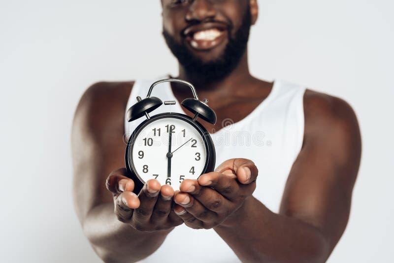 Afrikansk amerikan som ler att posera för man royaltyfri foto