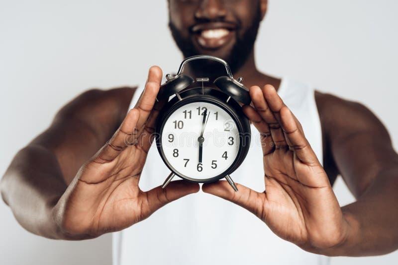 Afrikansk amerikan som ler att posera för man royaltyfri bild