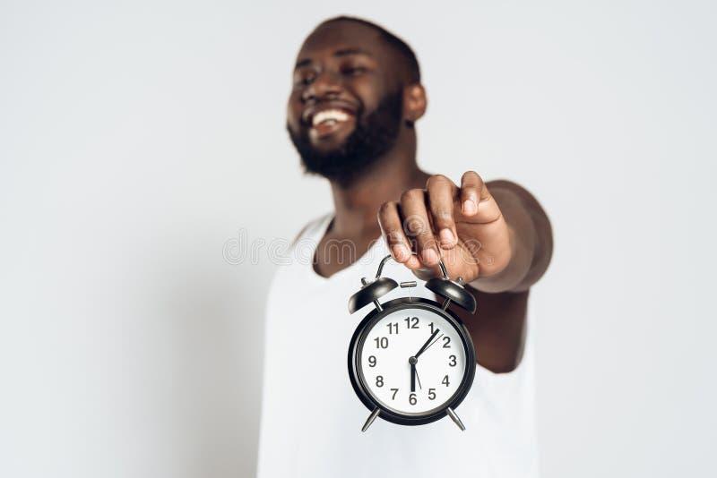 Afrikansk amerikan som ler att posera för man arkivbild