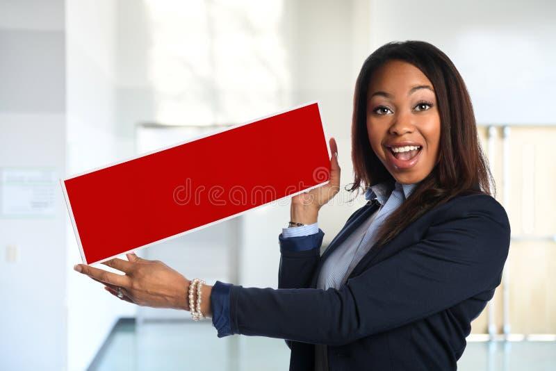 Afrikansk amerikanaffärskvinna Holding Blank Sign royaltyfri bild