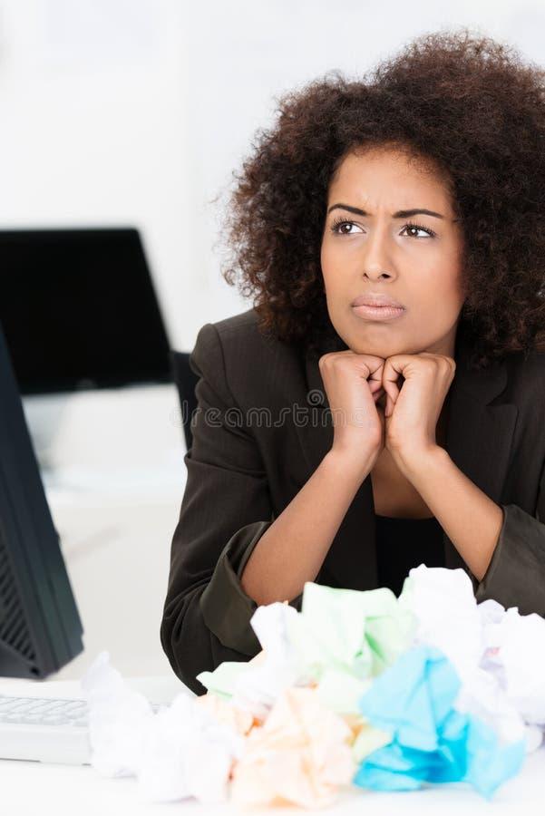 Afrikansk amerikanaffärskvinna i problem royaltyfri fotografi