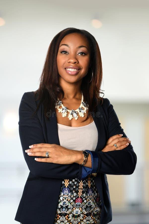Afrikansk amerikanaffärskvinna Smiling arkivbilder