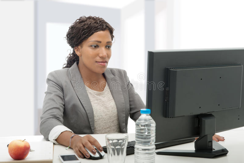 Afrikansk amerikanaffärskvinna som arbetar med datoren royaltyfria bilder