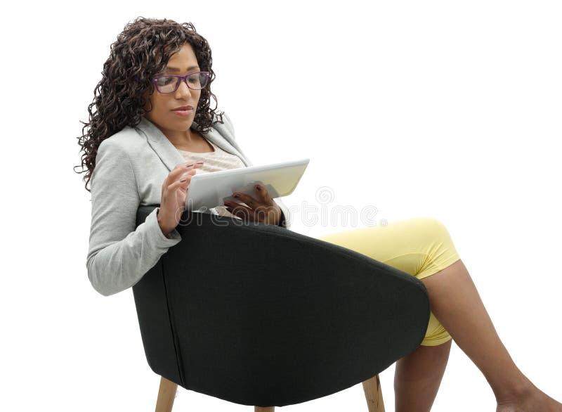 Afrikansk amerikanaffärskvinna som arbetar med minnestavlan royaltyfria bilder