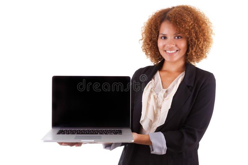 Afrikansk amerikanaffärskvinna som rymmer en bärbar dator - svarta människor arkivfoto