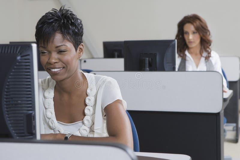 Afrikansk amerikanaffärskvinna Working On Computer arkivfoto