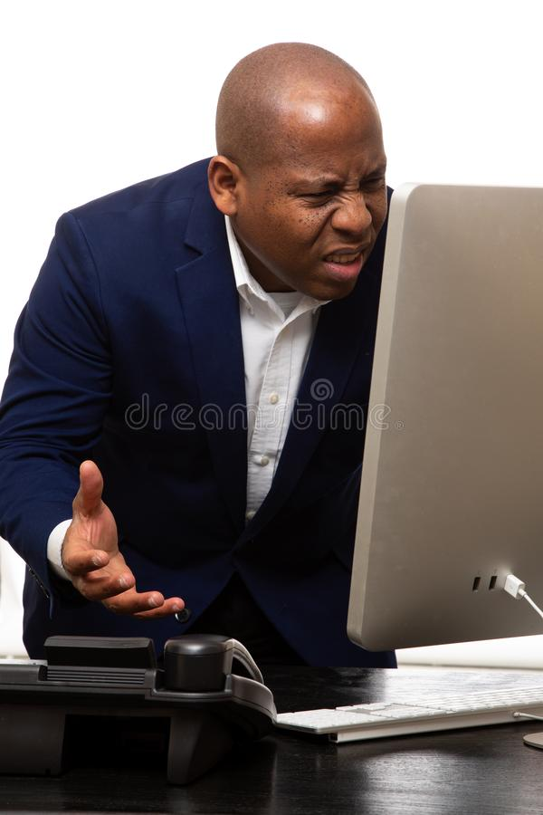 Afrikansk amerikanaffärsman Confused By Computer royaltyfri foto