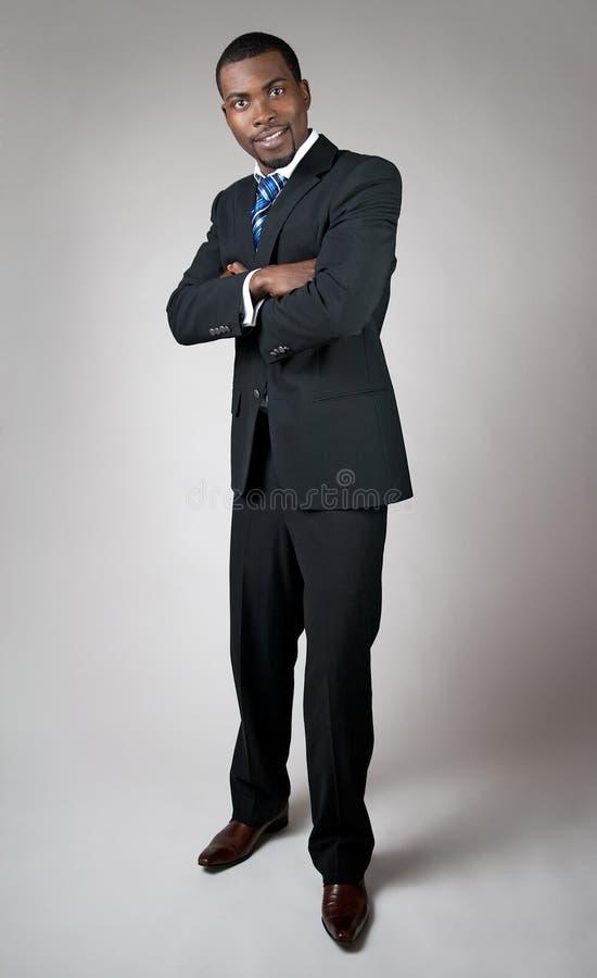 Afrikansk amerikanaffärsman med hans korsade armar arkivfoto