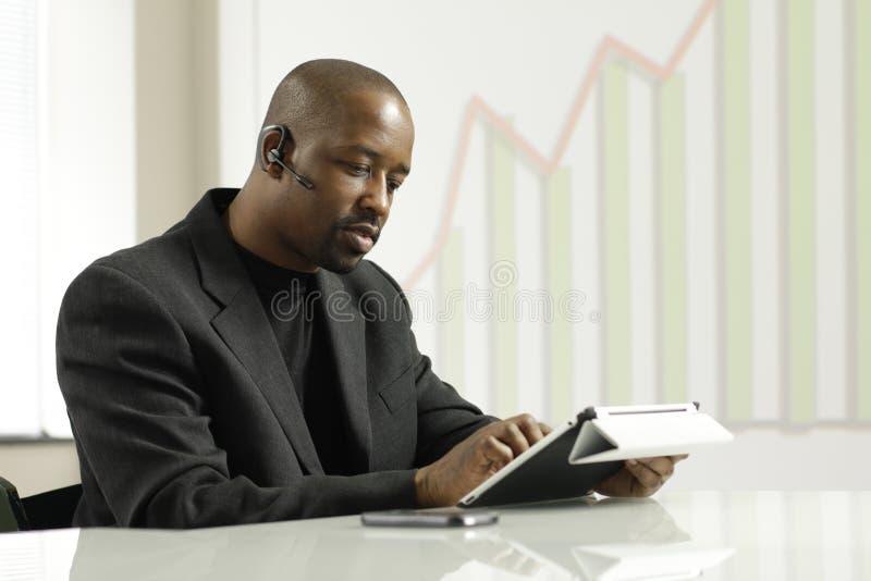 Afrikansk amerikanaffärsman på en försäljningsappell arkivbild