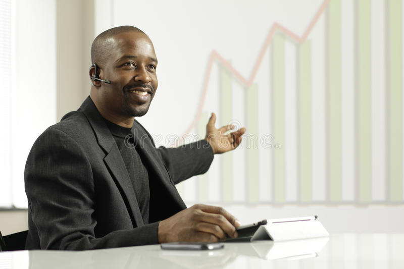 Afrikansk amerikanaffärsman som framlägger vinster royaltyfri foto