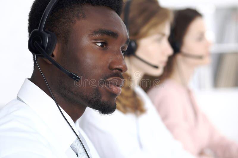Afrikansk amerikanappelloperatör i hörlurar med mikrofon Affär för appellmitt eller kundtjänstbegrepp royaltyfri bild