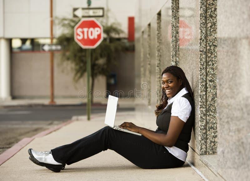 afrikansk amerikanbärbar datorkvinna royaltyfria foton