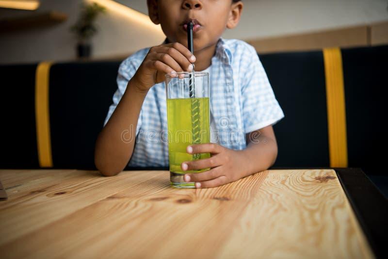 Afrikansk amerikanbarn som dricker lemonad royaltyfria foton