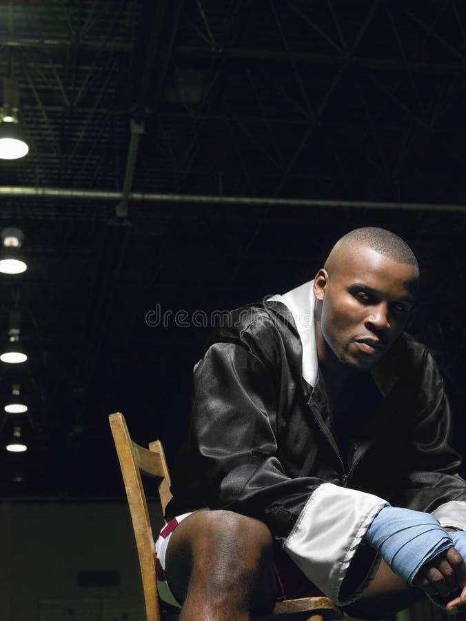 Afrikansk amerikanboxaresammanträde på stol fotografering för bildbyråer
