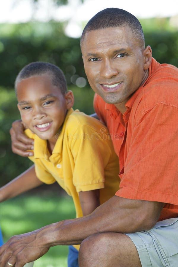 Afrikansk amerikanfader och Sonfamilj utanför arkivfoto
