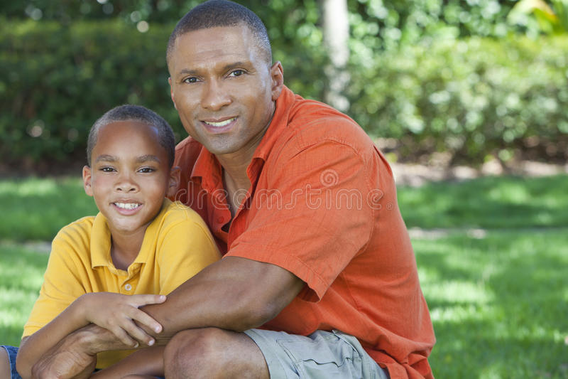 Afrikansk amerikanfader och Sonfamilj utanför fotografering för bildbyråer