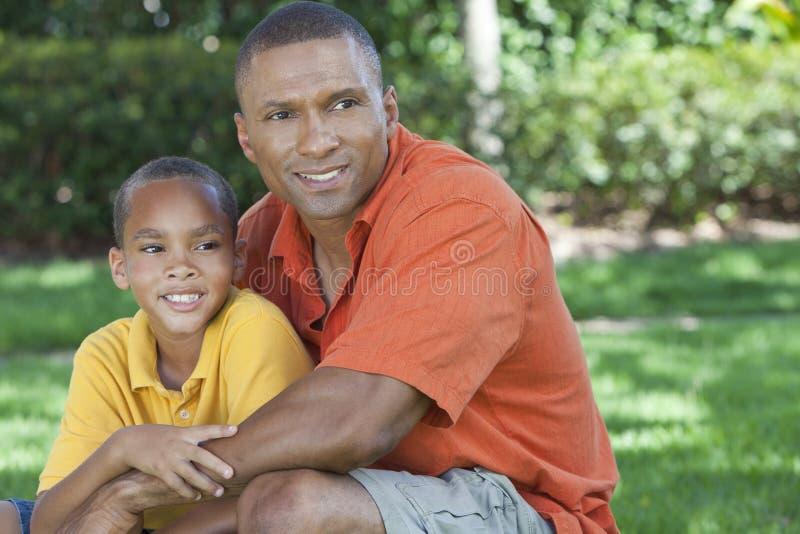 Afrikansk amerikanfader och Sonfamilj utanför royaltyfri fotografi