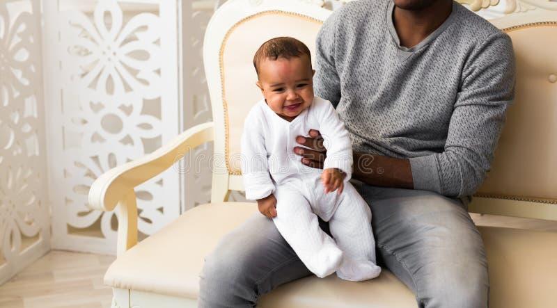 Afrikansk amerikanfaderPlaying With behandla som ett barn det blandade loppet sonen royaltyfria foton