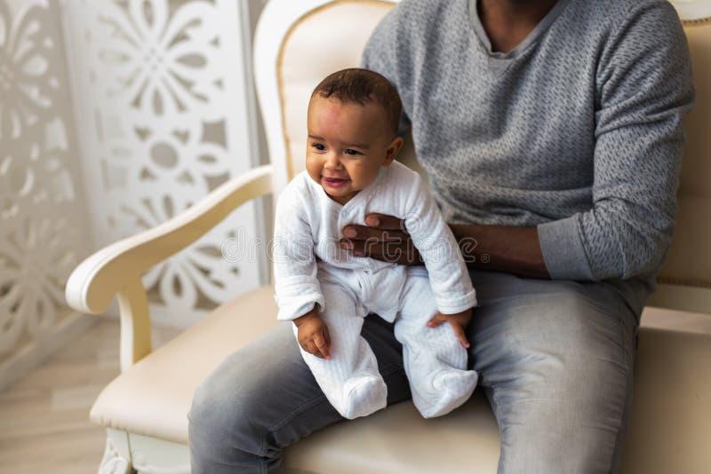 Afrikansk amerikanfaderPlaying With behandla som ett barn det blandade loppet sonen arkivbilder