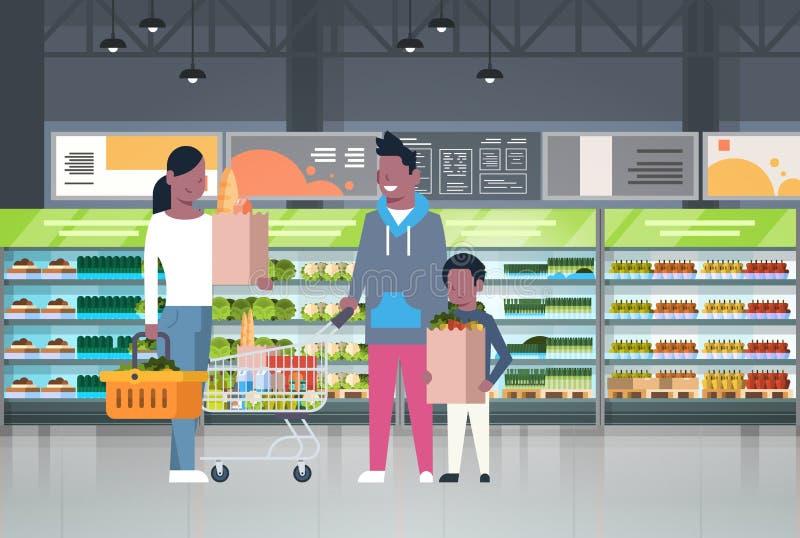 Afrikansk amerikanfamiljshopping på supermarket- och köpandeprodukter över hyllor på livsmedelsbutikConsumerismbegreppet stock illustrationer