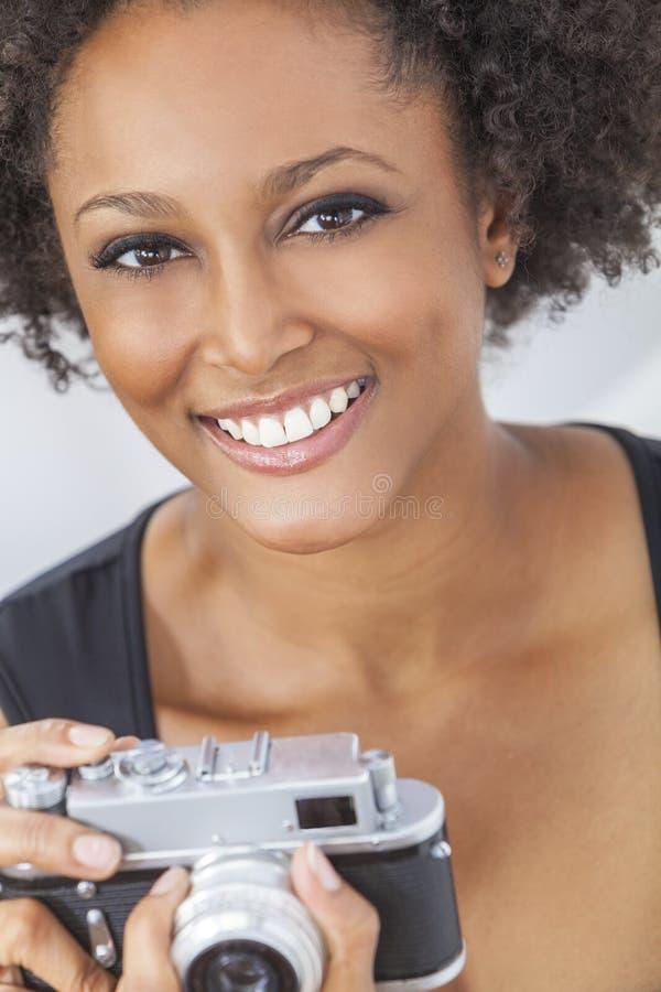 Afrikansk amerikanflicka för blandat lopp med den Retro kameran arkivfoton