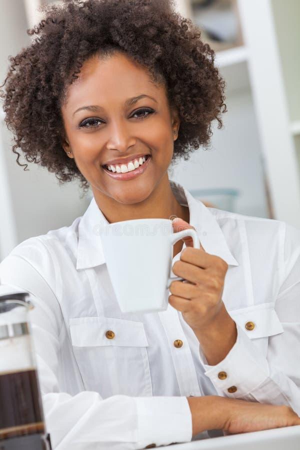 Afrikansk amerikanflicka för blandat lopp som dricker kaffe arkivfoton