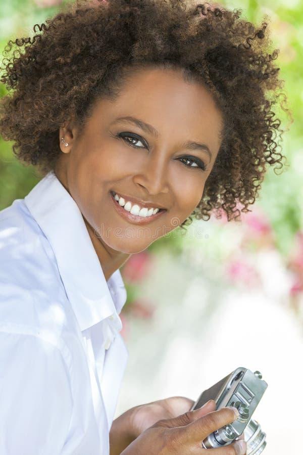 Afrikansk amerikanflicka för blandat lopp utanför med kameran arkivfoton
