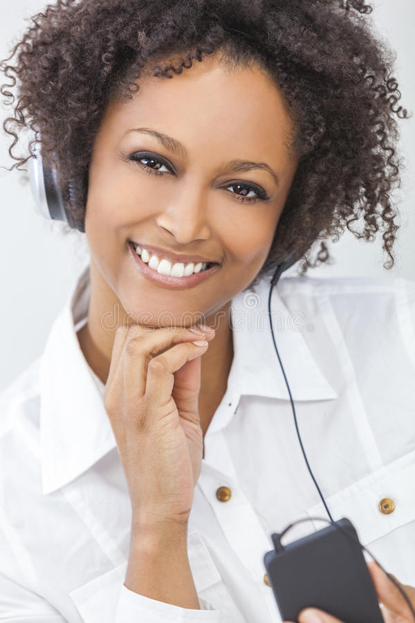 Afrikansk amerikanflicka som lyssnar till hörlurar för spelare MP3 arkivbilder