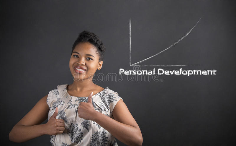 Afrikansk amerikankvinna med personlig utveckling för tummar upp till på svart tavlabakgrund royaltyfria bilder