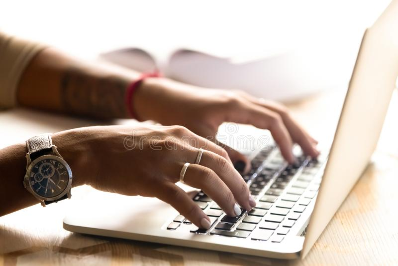 Afrikansk amerikankvinna som använder bärbara datorn som skriver på tangentbordet, nära u royaltyfria bilder