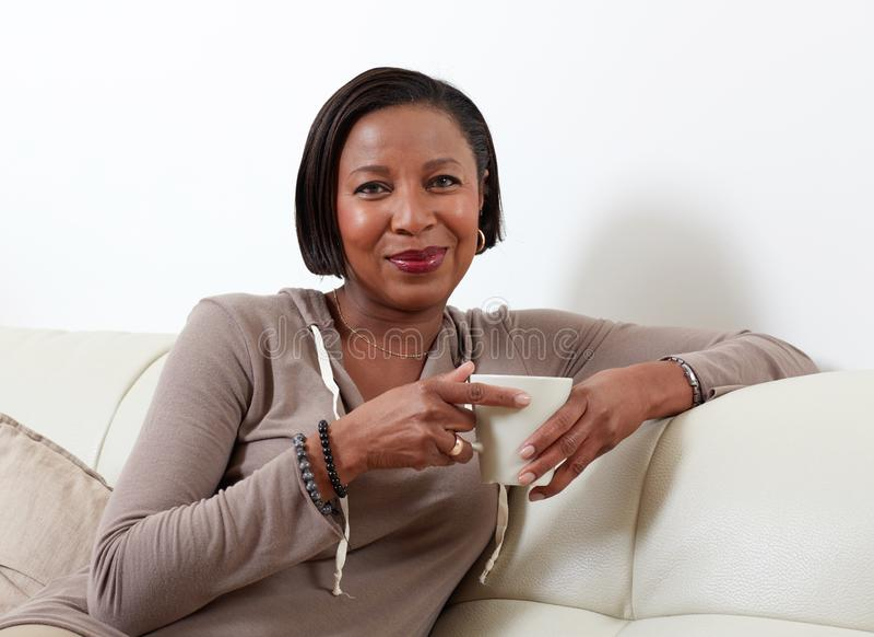 Afrikansk amerikankvinna som dricker te arkivfoton