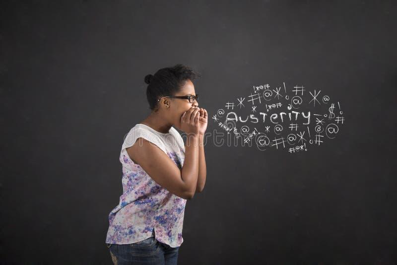 Afrikansk amerikankvinna som ropar, skriker eller svär stränghet på svart tavlabakgrund royaltyfri fotografi