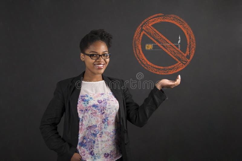Afrikansk amerikankvinna som rymmer ett inget - röka underteckna in hennes hand royaltyfri foto