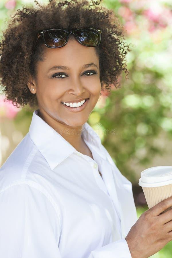 Afrikansk amerikankvinna som utanför dricker kaffe royaltyfria foton