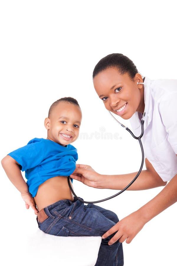 Afrikansk amerikankvinnadoktor med barnet royaltyfria foton