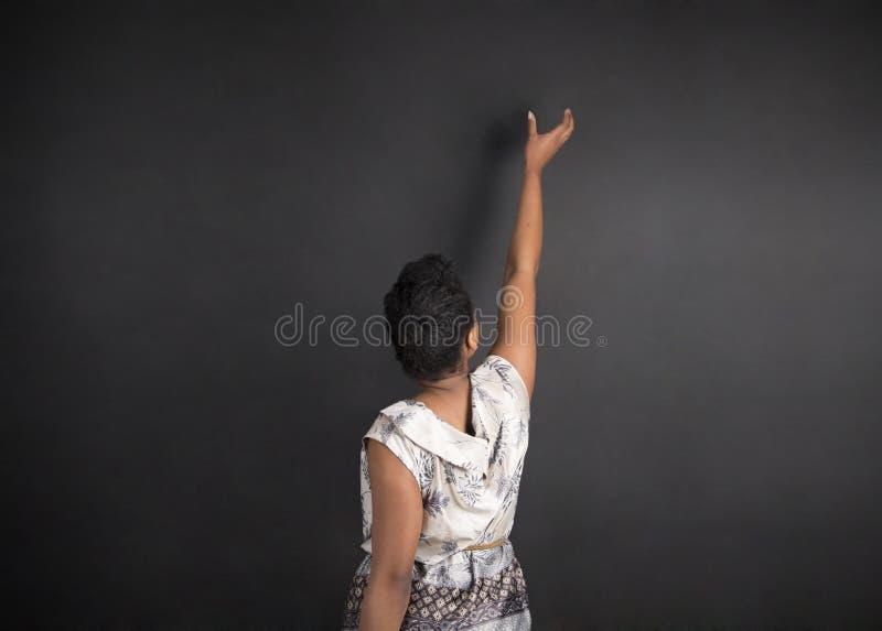 Afrikansk amerikankvinnalärare eller student som når upp bra idé fotografering för bildbyråer