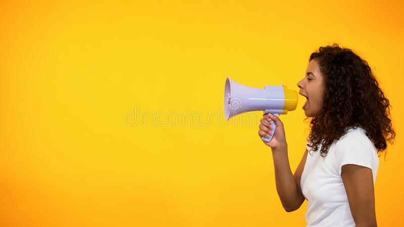 Afrikansk amerikankvinnan med megafonen som meddelar f?rnimmelsenyheterna, shoppar rabatter royaltyfri foto