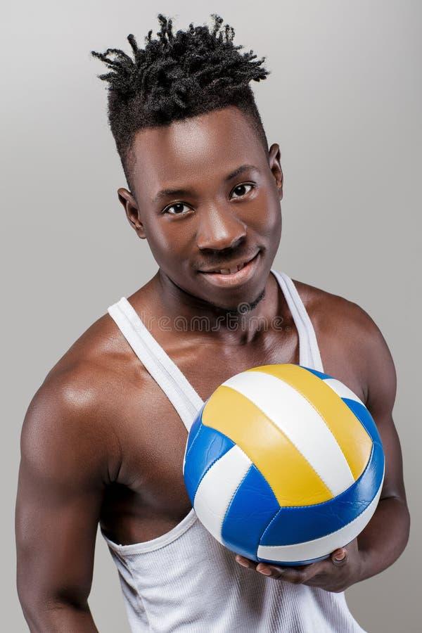 Afrikansk amerikanman med volleyboll arkivfoto