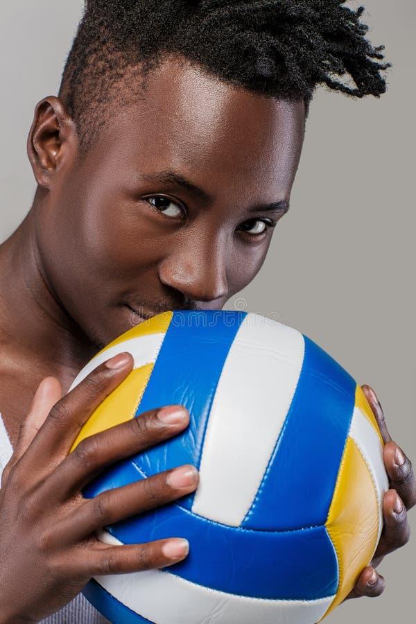 Afrikansk amerikanman med volleyboll royaltyfri bild