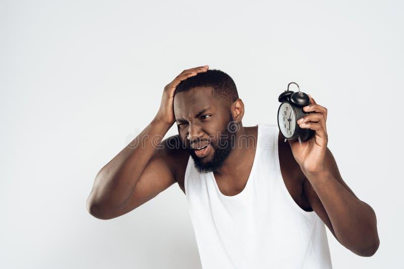Afrikansk amerikanmannen rymmer huvudet med ringklockan arkivbild