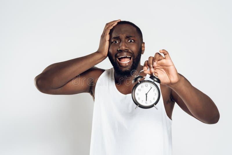Afrikansk amerikanmannen rymmer huvudet med ringklockan royaltyfria bilder