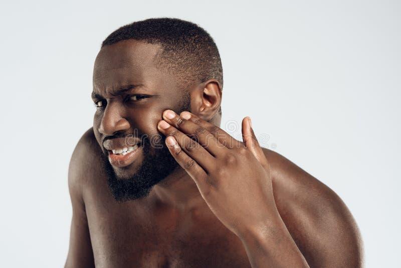 Afrikansk amerikanmannen ser finnar på framsida arkivbild
