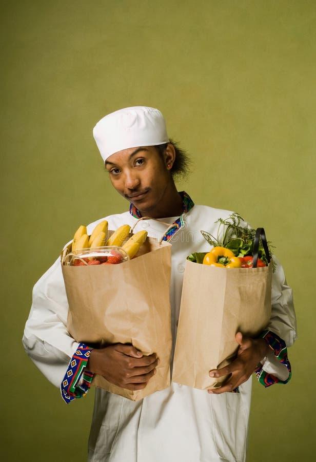 afrikansk amerikanpåsar som bär kocklivsmedelsbutikbarn royaltyfri foto