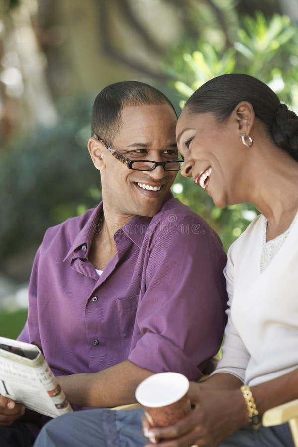 Afrikansk amerikanpar på semester royaltyfri foto
