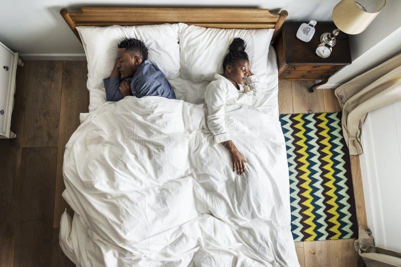 Afrikansk amerikanpar som tillbaka sover för att dra tillbaka royaltyfri fotografi