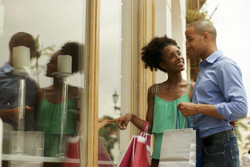 Afrikansk amerikanparblicken shoppar fönstret i Panama City arkivfoto