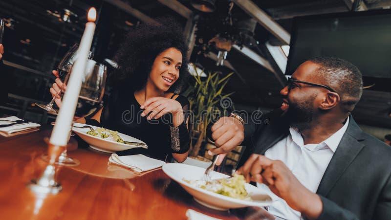 Afrikansk amerikanpardatummärkning i restaurang fotografering för bildbyråer