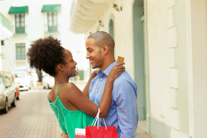 Afrikansk amerikanparshopping med kreditkorten i Panama royaltyfria bilder