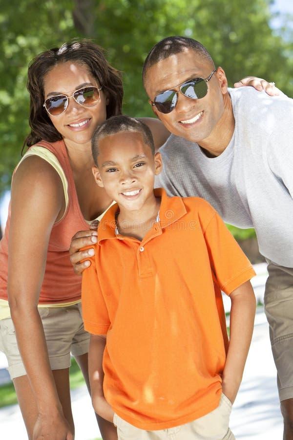 afrikansk amerikanpojken uppfostrar sonen royaltyfri fotografi
